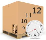 La carta ha coperto le scatole sul pallet di legno Orologio con Fotografia Stock