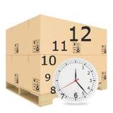 La carta ha coperto le scatole sul pallet di legno Orologio con Immagine Stock