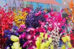 La carta ha fatto i fiori colorati artificiali Immagini Stock