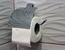 La carta igienica sta appendendo sulla parete Fotografia Stock