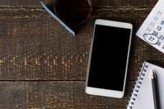 La carta, il telefono, il taccuino ed il calendario di pagamento sui bordi di legno copiano lo spazio Immagine Stock Libera da Diritti