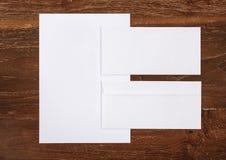 La carta intestata ed avvolge per il modello di identità corporativa immagine stock