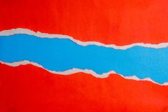 La carta lacerata rossa con i bordi su carta blu ed il testo copiano lo spazio Facendo uso del fondo o della carta da parati di p Fotografia Stock Libera da Diritti