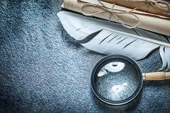 La carta legata con corde d'annata rotola la piuma della lente d'ingrandimento su sur nero Immagini Stock
