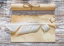 La carta legata con corde del vecchio foglio bianco rotola la spoletta sul bordo di legno d'annata Fotografia Stock Libera da Diritti
