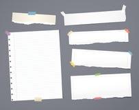 La carta per appunti a strisce bianca, il quaderno, strato del taccuino ha attaccato con il nastro adesivo su fondo grigio scuro royalty illustrazione gratis