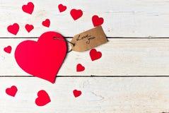 La carta rossa del cuore ha tagliato su fondo di legno bianco Immagine Stock Libera da Diritti