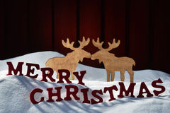 La carte avec à marquer d'une pierre blanche, couple d'orignaux, neigent Joyeux Noël Photographie stock