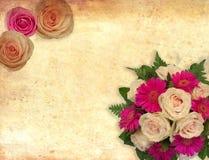 La carte avec des roses fleurit sur le fond de vintage pour la valentine et les félicitations et les invitations de mariage Photo libre de droits