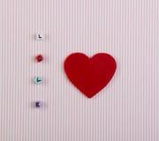 La carte avec la forme de coeur et le mot aiment Image stock