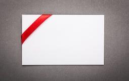 La carte avec les rubans rouges cintre une feuille Images libres de droits