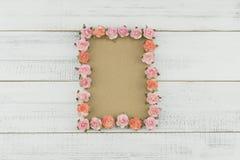La carte brune vierge décorent des fleurs de papier de rose de rose Image libre de droits