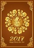 La carte chinoise heureuse de nouvelle année est conception de vecteur de coq de cadre et de poulet de cercle de nuage d'or