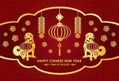 La carte chinoise heureuse de nouvelle année est les lanternes, le pétard, le chien jumeau d'or et bénédiction chinoise de moyen  Image stock