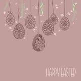 La carte décorative avec accrocher l'ornamental tiré par la main de Pâques eggs a Photographie stock
