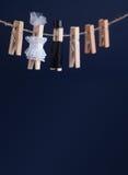 La carte d'invitation de mariage avec la pince à linge de jeunes mariés joue sur la corde à linge Femme abstraite dans la robe de Photos libres de droits