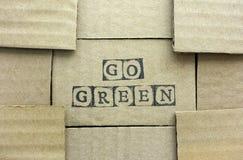La carte de carton avec des mots vont vert fait par les timbres noirs d'alphabet Image stock