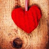 La carte de jour de valentines avec le coeur rouge sur le vintage en bois a donné à b une consistance rugueuse Photographie stock
