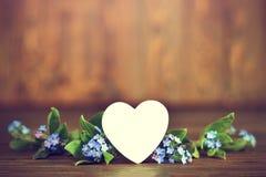 La carte de jour de mères avec le jour de coeur et de mères fleurit Photographie stock libre de droits