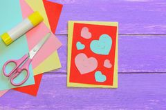 La carte de jour de valentines avec les coeurs de papier, ciseaux, bâton de colle, papier coloré couvre sur un fond en bois Jour  images libres de droits