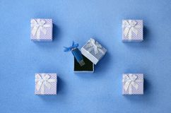 La carte de mémoire instantanée brillante d'usb de bleu avec un arc bleu se situe dans un petit boîte-cadeau dans le bleu avec un Photographie stock