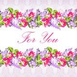 La carte de mariage avec les fleurs lilas et s'est levée Image stock