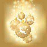 La carte de Noël avec les boules d'or a décoré le manteau symbole de 2015 ans Photographie stock libre de droits