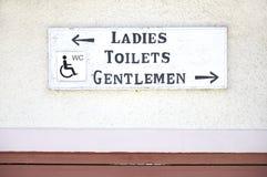 La carte de travail de toilettes handicapée par messieurs de dames se connectent le fond simple de mur images libres de droits