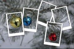 La carte de vacances avec des boules de Noël sur le pin s'embranche Images stock