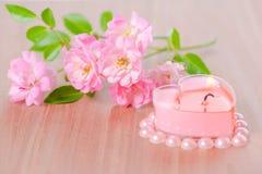 La carte de Valentine de la bougie en forme de coeur rose a encadré des perles de perle Photos libres de droits