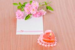 La carte de Valentine de la rose en forme de coeur rose de bougie et de bouquet coulent Photographie stock
