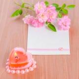 La carte de Valentine de la rose en forme de coeur rose de bougie et de bouquet coulent Images stock