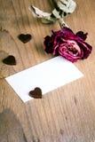 La carte de visite professionnelle vierge de visite et sec s'est levée sur le fond en bois Images stock