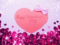 La carte de voeux avec des confettis encadrent le concept b d'amour de jour du ` s de valentine Photo stock
