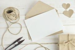 La carte de voeux avec le brun enveloppent image stock