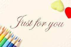 La carte de voeux avec le crayon de couleur et l'amour signent Photo libre de droits