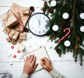 La carte de voeux de composition en Noël pour des mains d'homme de nouvelle année a écrit Images libres de droits