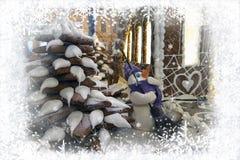 La carte de voeux de nouvelle année avec le pain d'épice Chrismtas a décoré l'arbre et le bonhomme de neige de sapin image stock