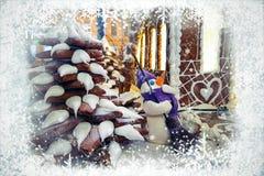 La carte de voeux de nouvelle année avec le pain d'épice Chrismtas a décoré l'arbre et le bonhomme de neige de sapin photos stock