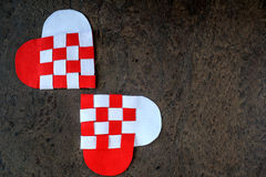 La carte de voeux pour coeurs faits main de jour de valentines les deux du feutre a tordu la couleur blanche et rouge Photo libre de droits