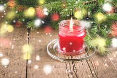 La carte de voeux pour les vacances de Noël et de nouvelle année parent les lumières en bois Sno de fond de Noël de fond de bougi Image libre de droits