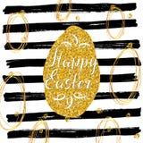 La carte de voeux tirée par la main heureuse de Pâques avec le lettrage et les éléments esquissés de griffonnage, oeuf d'ester de Photographie stock