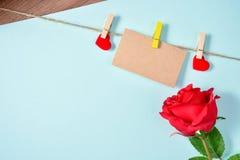 La carte de voeux vierge avec l'amour, la corde de chanvre et s'est levée, jour du ` s de mère, jour du ` s de Valentine, la vue  Image stock