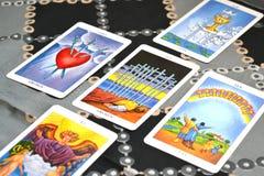 La carte des cartes de tarot cinq a répandu dizaines d'épées Image libre de droits