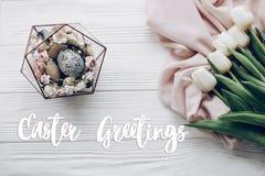 La carte des textes de salutations de Pâques se connectent les oeufs de pâques élégants avec Flor photographie stock