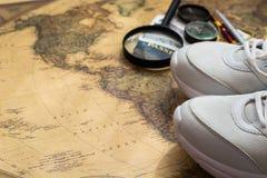 La carte, espadrilles, passeport, étiquette le concept des voyages sur le monde Images libres de droits
