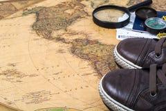 La carte, espadrilles, passeport, étiquette le concept des voyages sur le monde Photo libre de droits