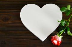 La carte heureuse de jour de mères avec le coeur et s'est levée Images stock