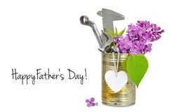 La carte heureuse de jour de pères avec des outils dans rouillé peut d'isolement sur le blanc Image stock