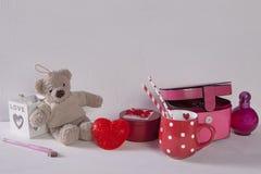 La carte postale au jour du ` s de Valentine avec l'ours de nounours, la tasse dans les points, la lumière et le cercueil sur le  Image stock